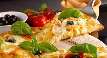 Пицца с ананасами и базиликом
