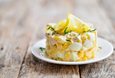 Сытный куриный салат с сыром и кукурузой