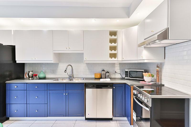 красивая кухня в бело-голубых тонах